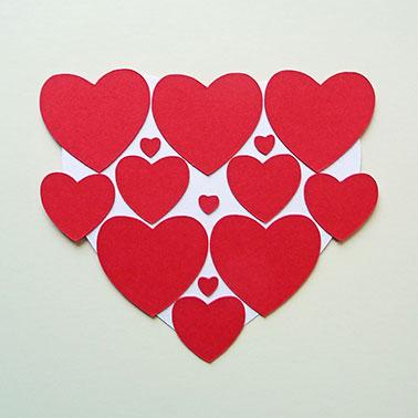 3. Rosenrote Herzen aufkleben