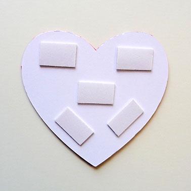6. Herz mit Klebepads aufkleben